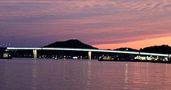 夕暮れのハイヤ大橋 夕日クルージング 牛深海中公園 ブルーマリンサービス